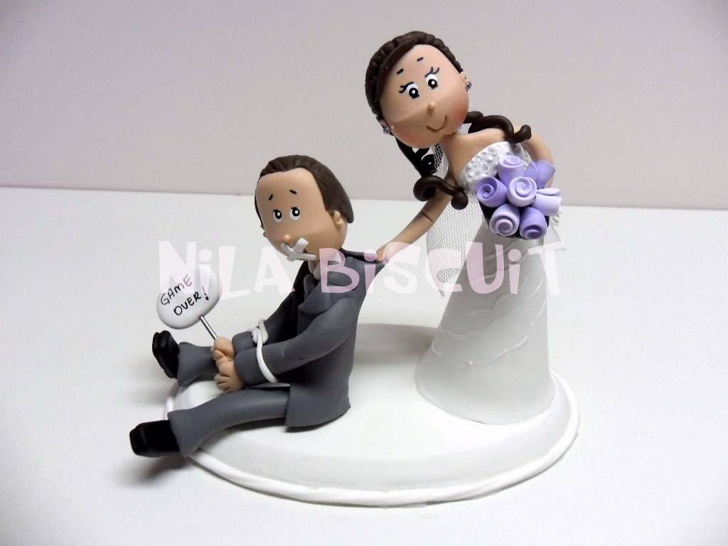 408d3122b9f62 Noivinhos para bolo com noivo amarrado e amordaçado sendo puxado pelo  colarinho