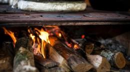 Aprenda a preparar uma deliciosa feijoada no fogão à lenha